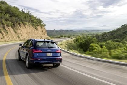 Audi Q5 FY Aussenansicht Heck schräg dynamisch dunkelblau