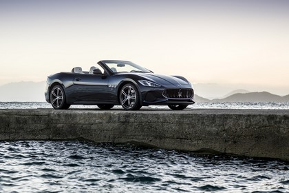 Maserati GranCabrio Aussenansicht Seite schräg statisch dunkelblau