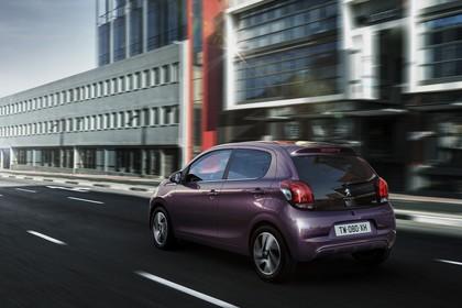 Peugeot 108 Aussenansicht Heck schräg dynamisch violett