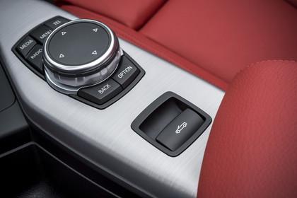 BMW 2er Cabrio F23 Innenansicht Detail Mittelkonsole statisch rot