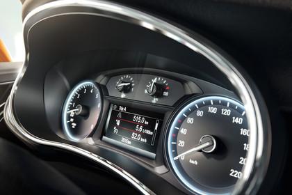 Opel Mokka X Innenansicht Detail Kombiinstrument statisch schwarz