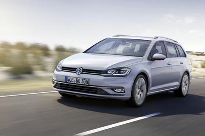 VW Golf 7 Variant Facelift Aussenansicht Front schräg dynamisch weiss