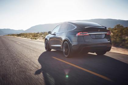 Tesla Model X Aussenansicht Heck schräg dynamisch schwarz