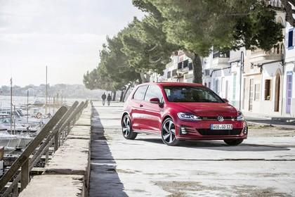 VW Golf 7 GTI Facelift Aussenansicht Front schräg statisch rot