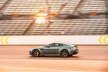 Aston Martin Vantage VH Aussenansicht Seite schräg dynamisch grau