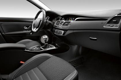 Renault Laguna Limousine T Facelift Innenansicht statisch Studio Vordersitze und Armaturenbrett beifahrerseitig