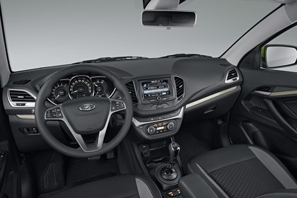 Lada Vesta Innenansicht statisch Studio Vordersitze und Armaturenbrett fahrerseitig
