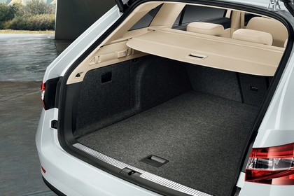 Skoda Superb Combi 3V Aussenansicht Heck schräg Kofferraum geöffnet statisch weiss