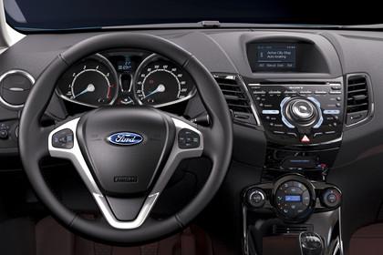 Ford Fiesta JA8 Dreitürer Innenansicht Fahrerposition closeup Studio statisch schwarz