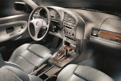 BMW 3er Coupé E36 Innenansicht statisch Studio Vordersitze und Armaturenbrett beifahrerseitig