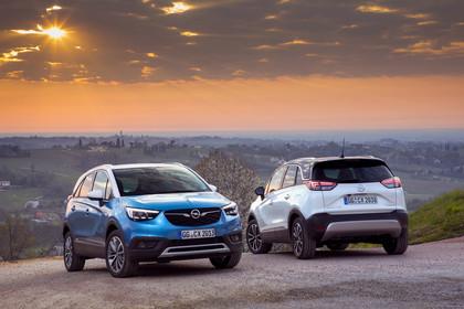 Opel Crossland X C Aussenansicht Front Heck schräg statisch blau weiss