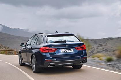 BMW 5er G31 Touring Aussenansicht Heck schräg dynamisch blau