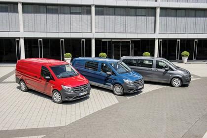 Mercedes-Benz Vito Kastenwagen Mixto Tourer W447 Aussenansicht Seite schräg erhöht statisch rot blau grau