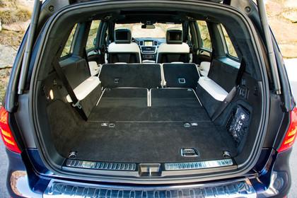 Mercedes-Benz GLS X166 Aussenansicht Heck Kofferraum geöffnet Rückbank umgeklappt statisch blau