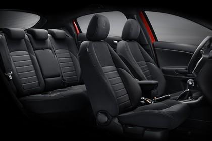 Alfa Romeo Giulietta 940 Innenansicht statisch Studio Rücksitze Vordersitze und Armaturenbrett beifahrerseitig
