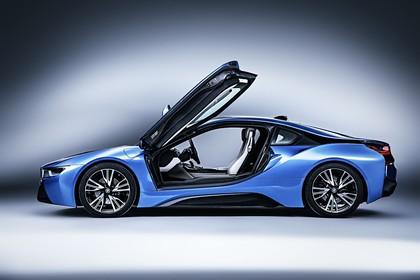 BMW i8 Aussenansicht Seite Türen offen Studio statisch blau