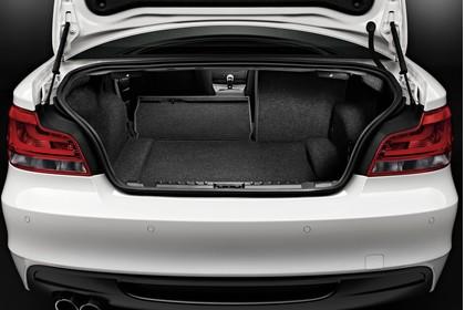 BMW 1er Coupé E82 LCI Innenansicht statisch Studio Kofferraum Rücksitze 2/3 umgeklappt