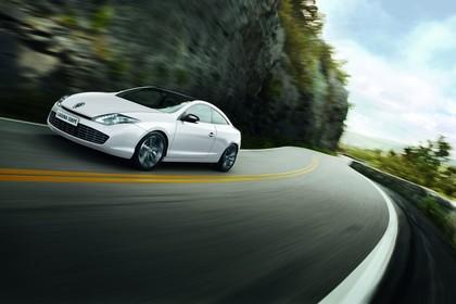 Renault Laguna Coupé T Facelift Aussenansicht Front schräg dynamisch weiss