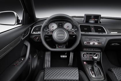 Audi RSQ3 8U Innenansicht Fahrerposition Studio statisch blau schwarz