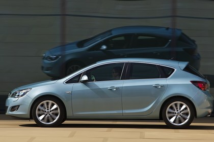 Opel Astra J Aussenansicht Seite dynamisch hellblau