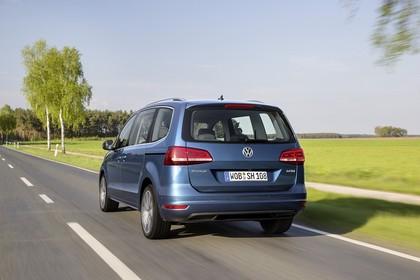 VW Sharan AussenansichtHeck dynamisch blau