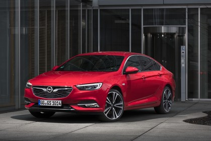 Opel Insignia B Grand Sport Aussenansicht Front schräg statisch rot