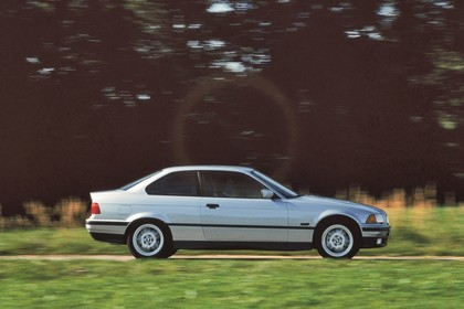 BMW 3er Coupé E36 Aussenansicht Seite dynamisch silber