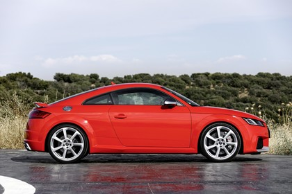 Audi TT RS 8S Roadster Aussenansicht Seite statisch rot