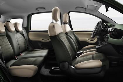 Fiat Panda 4x4 319 Innenansicht statisch Studio Rücksitze Vordersitze und Armaturenbrett beifahrerseitig