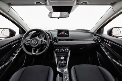 Mazda 2 DJ Innenansicht statisch Studio Vordersitze und Armaturenbrett