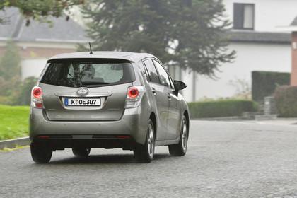 Toyota Verso (ARA2) Aussenansicht Heck schräg dynamisch grau