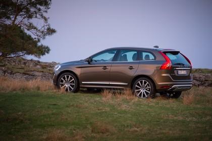 Volvo XC60 (D) Aussenansicht Seite schräg statisch terra bronze