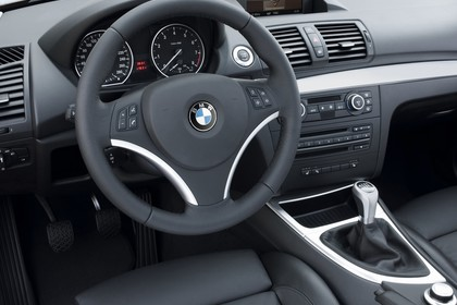 BMW 1er Coupé E82 Innenansicht statisch Vordersitze und Armaturenbrett fahrerseitig