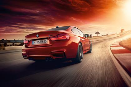 BMW M4 Coupe F82 Aussenansicht Heck schräg dynamisch rot