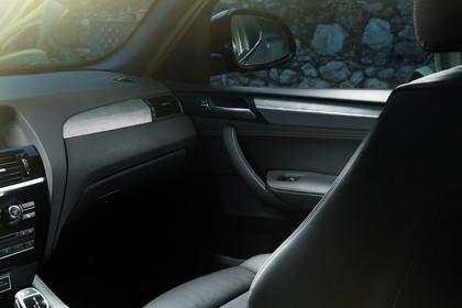 ALPINA XD3 BITURBO F25 Innenansicht statisch Detail Armaturenbrett und Beifahrersitz
