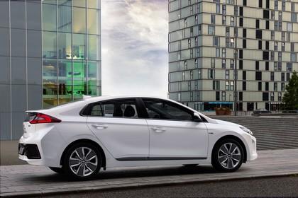Hyundai IONIQ Hybrid Aussenansicht Seite schräg statisch weiss