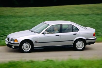 BMW 3er Limousine E36 Aussenansicht Seite schräg dynamisch silber