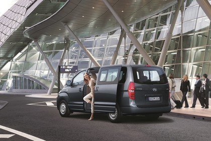 Hyundai H-1 Travel TQ Aussenansicht Heck schräg statisch grau
