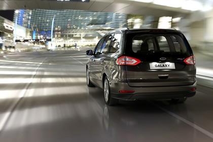 Ford Galaxy WA6 Aussenansicht Heck schräg dynamisch grau