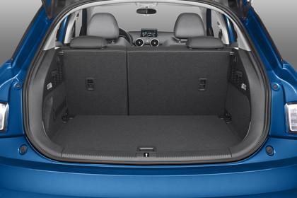 Audi A1 Sportback Aussenansicht Heck Kofferraum geöffnet Studio statisch blau