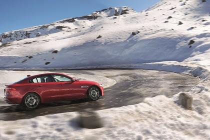 Jaguar XE X760 Aussenansicht Seite schräg dynamisch rot