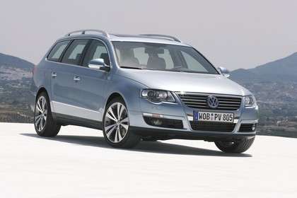 VW Passat Variant B6 Aussenansicht Front schräg statisch blau
