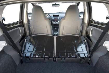 Peugeot 107 P Fünftürer Innenansicht statisch Studio Kofferraum Rücksitze umgeklappt