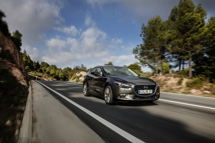 Mazda 3 BM Viertürer Aussenansicht Front schräg dynamisch grau