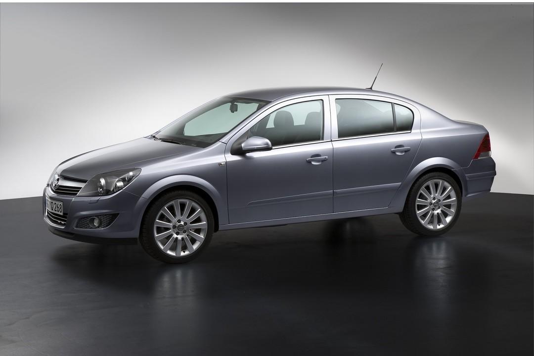 Opel Astra H Limousine Facelift Aussenansicht Seite Studio Statisch Silber
