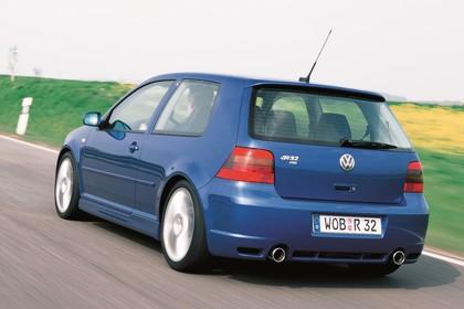 VW Golf 4 R32 Dreitürer Aussenansicht Heck schräg dynamisch blau
