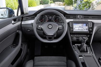 VW Passat B8 Variant Innenansicht Fahrerposition schwarz