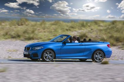 BMW 2er Cabrio F23 Aussenansicht Seite schräg dynamisch blau