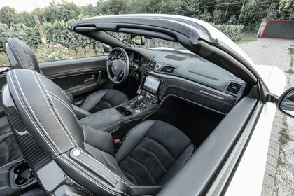Maserati GranCabrio Innenansicht statisch Vordersitze und Armaturenbrett beifahrerseitig