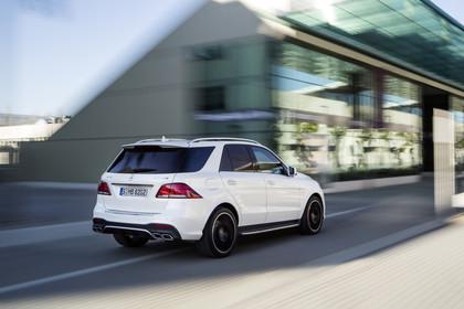 Mercedes-Benz GLE W166 AMG line Aussenansicht Heck schräg dynamisch weiss